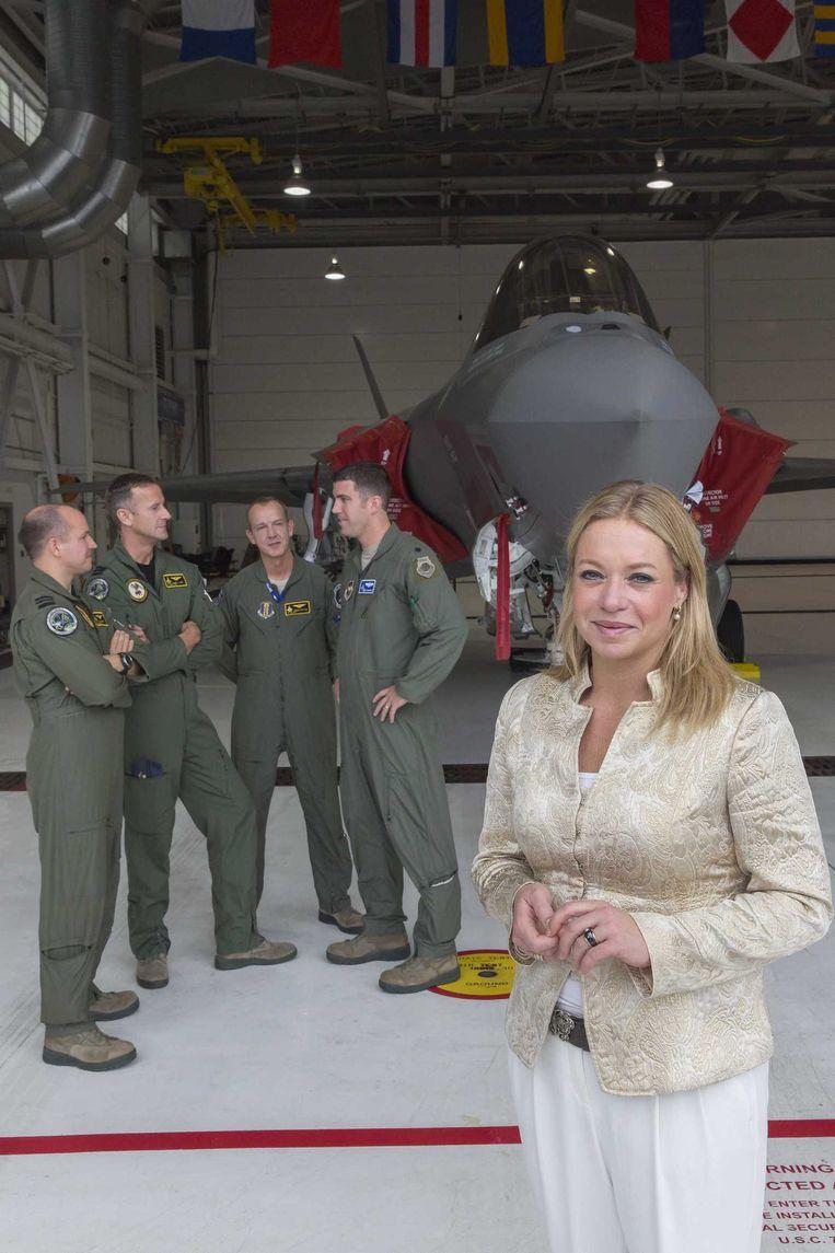 Minister van defensie Jeanine Hennis, tijdens een werkbezoek aan het Nederlandse JSF-detachement, november vorig jaar. Beeld anp
