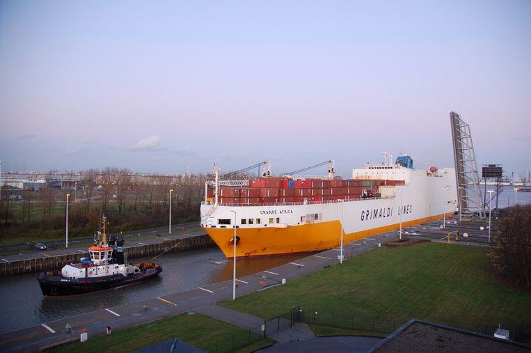 De waterstroom bij het versassen van schepen kan heel wat elektriciteit opwekken.