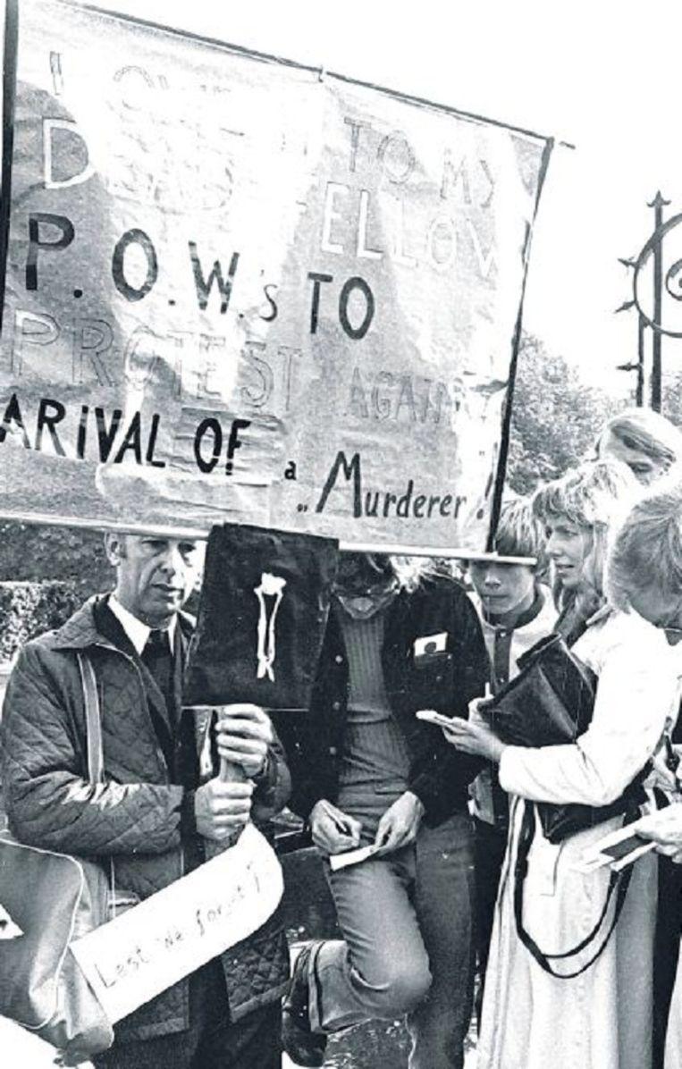 Demonstratie buiten de hekken van paleis Huis ten Bosch tegen de komst van de keizer. Beeld anp