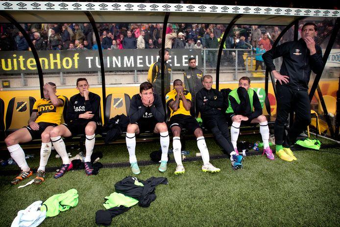 Verslagenheid op de bank bij NAC na de fatale nederlaag tegen Roda JC in 2015.