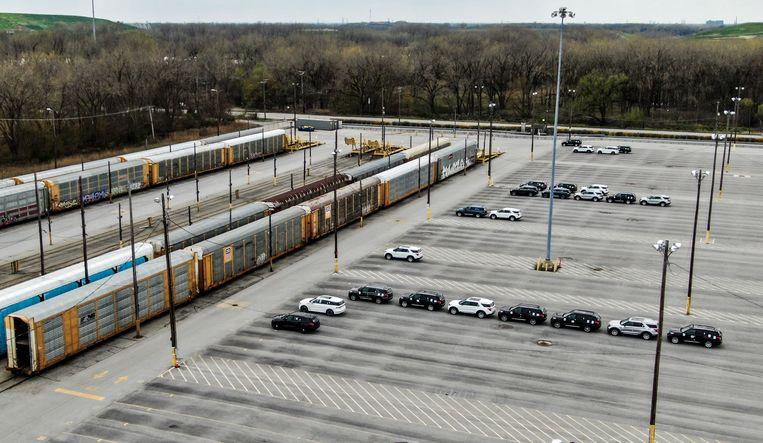 Er worden nog maar weinig SUV's geproduceerd door Ford. Hier de opslagplaats in Chicago. Beeld EPA