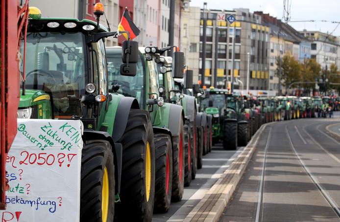 Boze Duitse boeren blokkeren met hun tractoren de Kennedy-brug, een van de belangrijkste verkeersaders in Bonn.