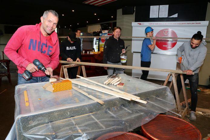 De selectie van de Alphense Boys was zaterdag druk aan het klussen in de kantine van de vereniging.