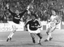 De twee hoofdrolspelers van 1 november 1989. Juul Ellerman (zelf goed voor twee doelpunten) viert de tweede treffer van Romario. De Braziliaan zou uiteindelijk drie keer scoren tegen Steaua Boekarest.