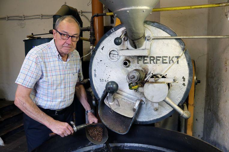 Louis Manendonckx verwerkt de koffiebonen tot Koffie De Maan.
