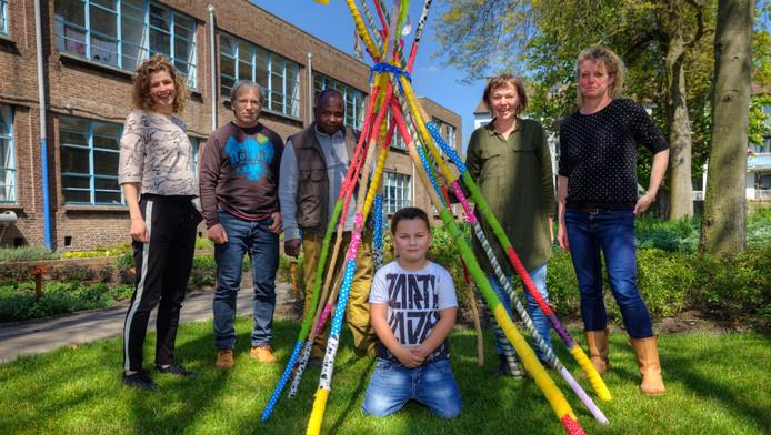 Enkele initiatiefnemers van 100%¿Molenwijk in de kloostertuin van Coöperatief Eigenwijzer. Uiterst rechts Sylvia Bos en links van haar Iris de Ruiter.