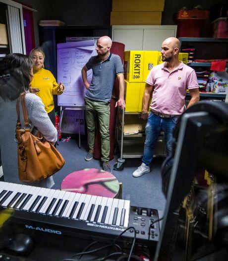 Bossche Vakschool haalt jongerenwerkers en daarmee leefwereld leerlingen in huis: 'Kinderen leren buiten school misschien nog wel meer dan hier'