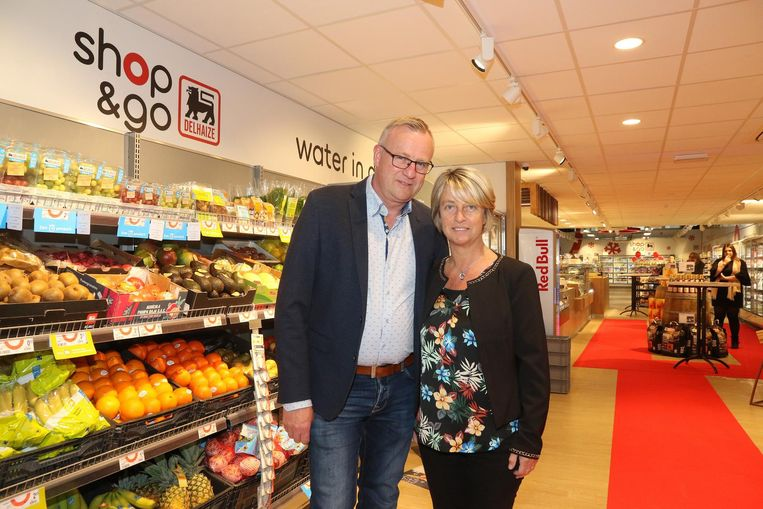 Zaakvoerders Jaak Vandewalle en Linda Ceulenaere van de nieuwe Shop&Go.