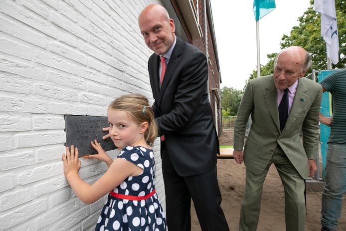 De 7-jarige Miek van Beuningen plaatste vorig jaar in het bijzijn van vader Eve en grootvader Charles een symbolische eerste steen van de 20 sociale huurwoningen aan de Molenstraat-Brabantlaan in Vught.