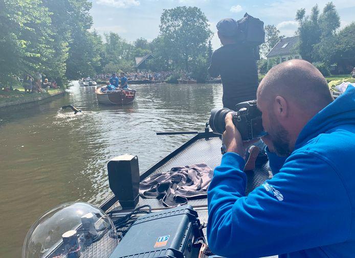 Casper van Aggelen volgt Maarten van der Weijden tijdens zijn monsterzwemtocht langs de 11 Friese steden.
