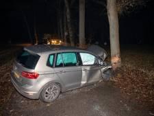 Auto klapt op boom in Junne: twee lichtgewonden