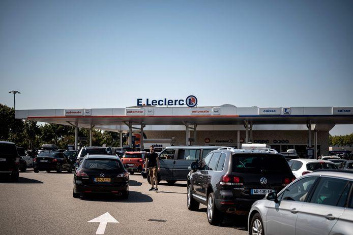 File bij het tankstation van het Franse Albon langs de A7, gisteren bij de vakantie-uittocht.