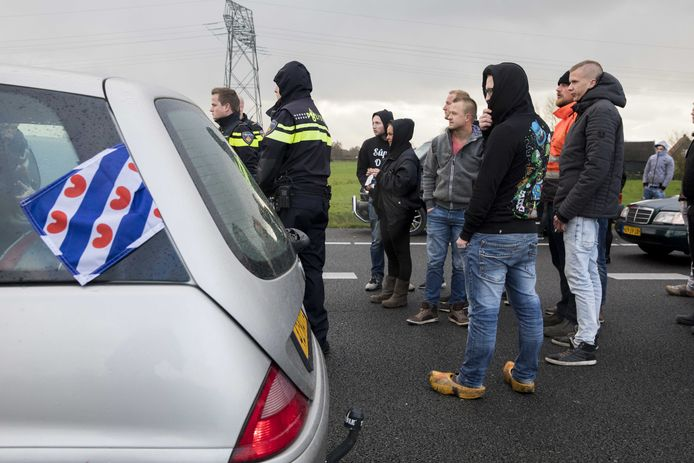 Bussen van actiegroep Stop Blackface worden tegengehouden op de A7 bij Joure.