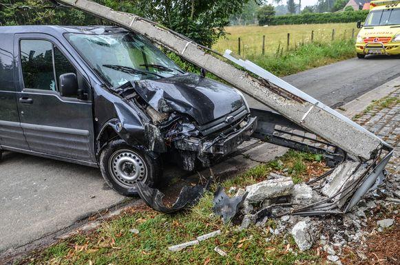 De bestuurder reed tegen een elektriciteitspaal.