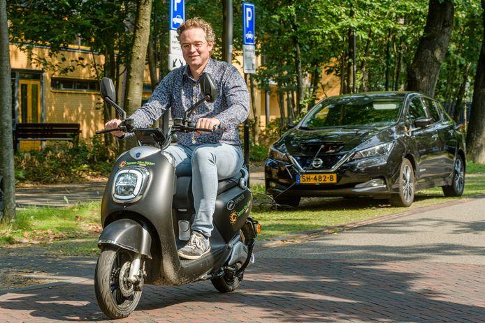 Arnout van Dijk showt vol trots de eerste deelscooter