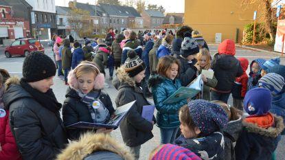 Kinderen Haaltertse basisscholen vormen Voorleesslinger om verhaaltjes aan elkaar voor te lezen