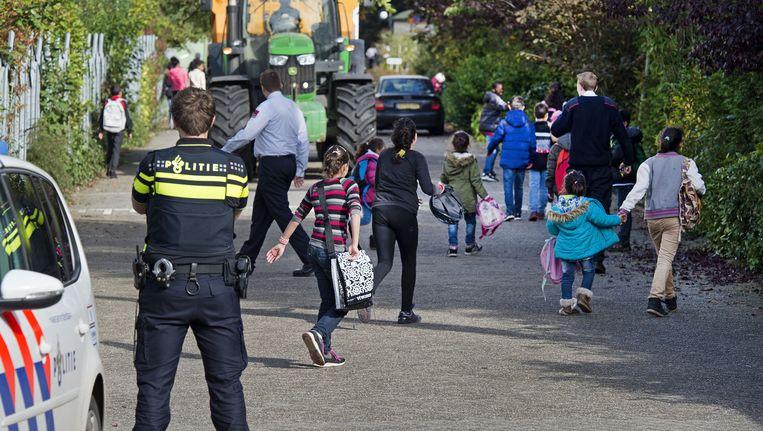 Jonge vluchtelingen komen uit school in het Drentse dorp Oranje Beeld anp
