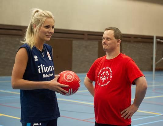 Volleybalster Laura Dijkema met haar sportmaatje Harm Theunisse.