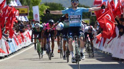 KOERS KORT (17/04). Evenepoel probeert even in Turkije, maar het is Bennett die weer zegeviert - De Vuyst wint Brabantse Pijl