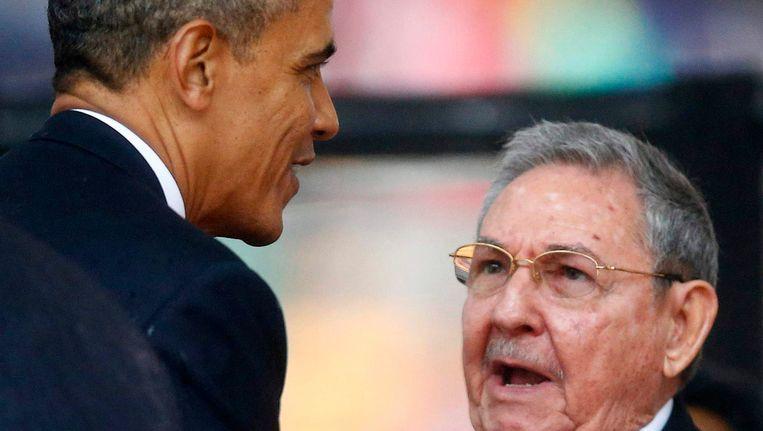 Obama en Castro tijdens hun handdruk, vandaag. Beeld REUTERS