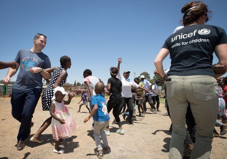 Wie Alexander De Croo ziet dansen met Afrikaanse tienermeisjes, weet: de harde liberaal heeft zijn draai gevonden op zijn departement van Ontwikkelingssamenwerking.