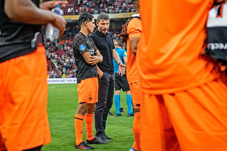 Mark van Bommel en Érick Gutiérrez zaterdag na de wedstrijd tegen Ajax om de Johan Cruijff Schaal. Beeld Guus Dubbelman / de Volkskrant
