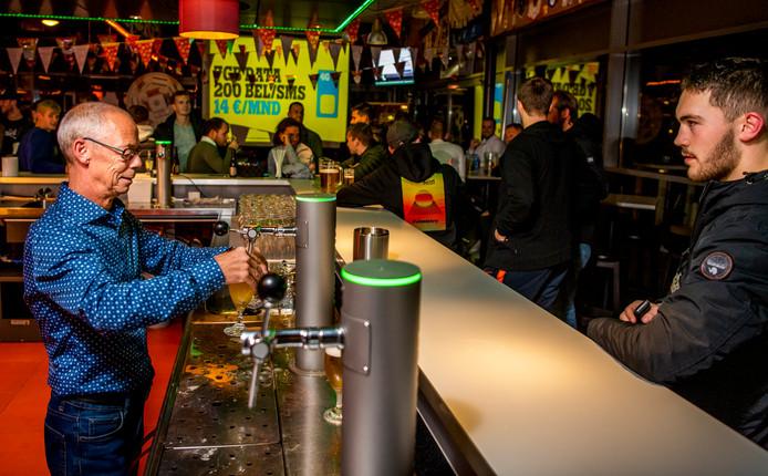 Bij Be Fair levert een bardienst anderhalve 'vrijwilligerspunt' op.