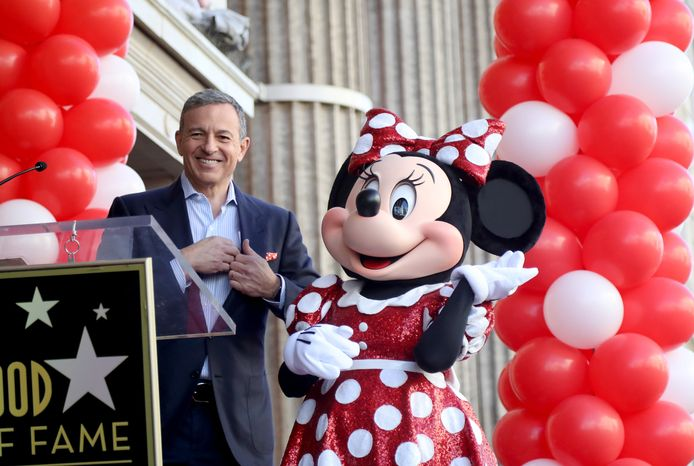 Disney-ceo Bob Iger samen met Minnie Mouse op de Walk of Fame in Hollywood.