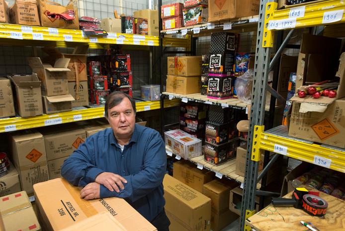 Vuurwerkondernemer Cees van der Horst is tegenstander van het vuurwerkverbod. Zijn kluizen liggen inmiddels al aardig vol voor de jaarwisseling.