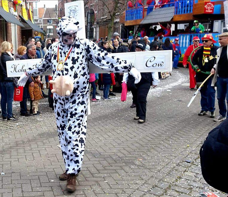 In Borgloon stak een groep de draak met het kunstwerk 'Holy Cow' van Tom Herck.