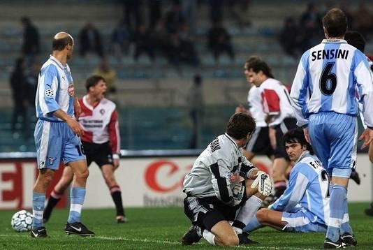 Jon Dahl Tomasson in de achtergrond schreeuwt het uit van vreugde, Lazio oogt ontredderd.