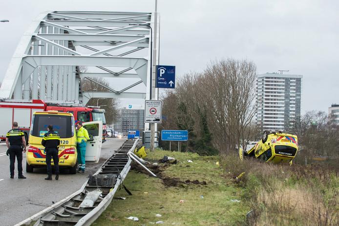 De ambulance ligt in de berm naast de Meernbrug.