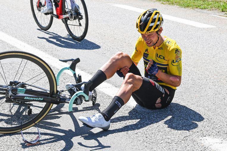 Primoz Roglic valt in de vierde etappe van het Critérium du Dauphiné. Beeld Cor Vos