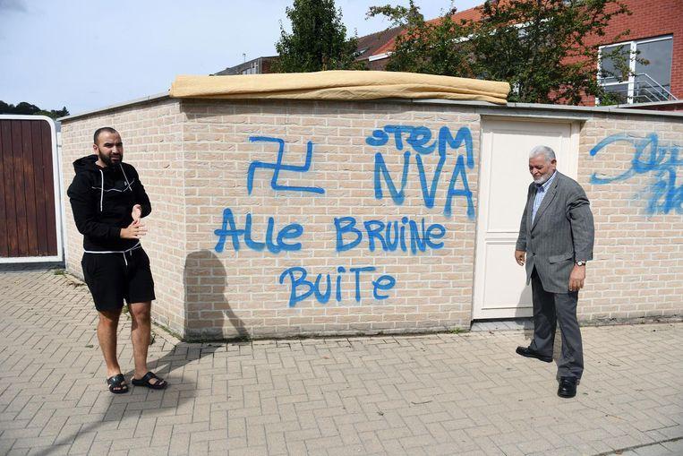Jongerenbestuurslid van de moskee Samir Bouzanih bij de graffitiboodschappen. NVA is overigens fout geschreven, merkt Parys zelf fijntjes op.
