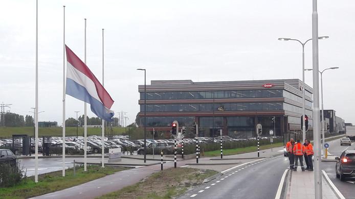 Vlag halfstok bij Dow Benelux op het Maintenance Valuepark in Terneuzen
