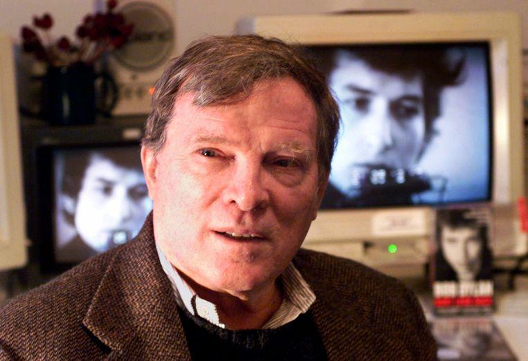 Documentairemakery D. A. Pennebaker in het jaar 2000, met op de achtergrond zijn Bob Dylan-clip. Beeld AP