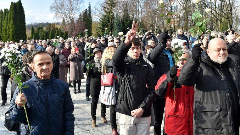 Zo'n duizend landgenoten kwamen af op de begravenis van Piotr Szczesny. Beeld epa