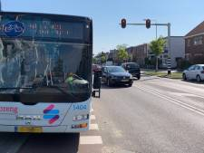 Fietser loopt schaafwonden op na botsing met stadsbus, bus moet worden afgesleept