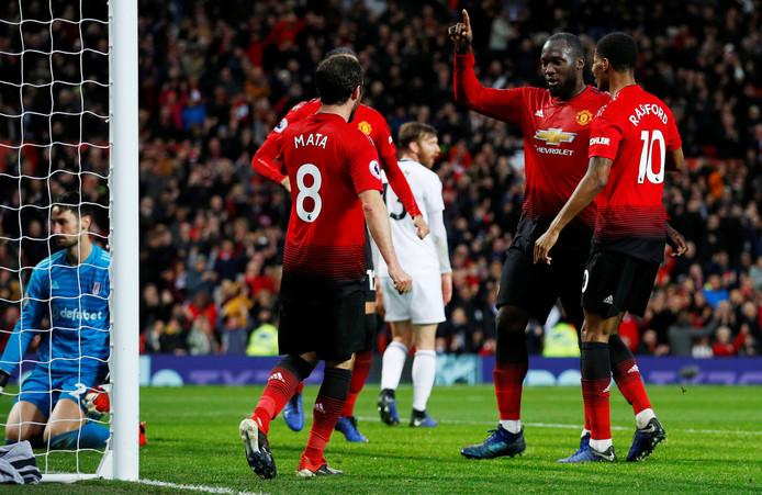 Romelu Lukaku viert het maken van de 3-0 met zijn ploeggenoten.