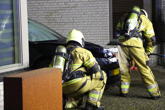 Aan De Boekweit in Heesch stond maandagavond een Tesla in brand.