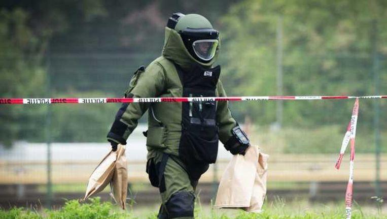 Een medewerker van de Explosieven Opruimingsdienst. Beeld anp