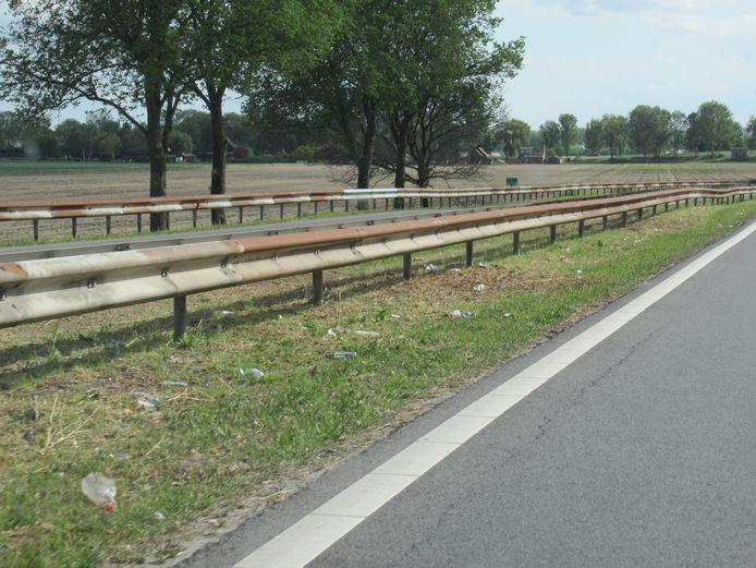 De berm langs de toerit van de A29 naar Rotterdam bij Numansdorp ligt bezaaid met zwerfafval.
