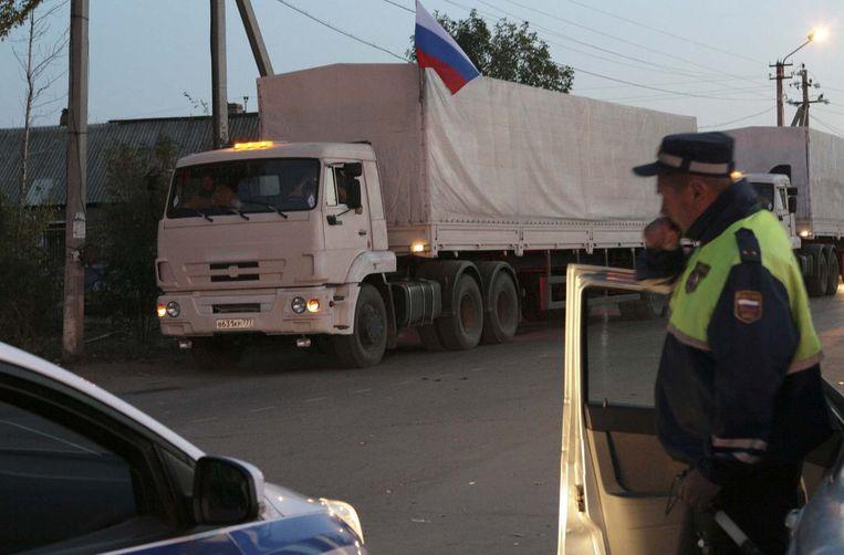 Vrachtwagens van het tweede Russische hulpkonvooi voor Oekraïne passeren een grenspost in de Russische regio Rostov. Beeld reuters