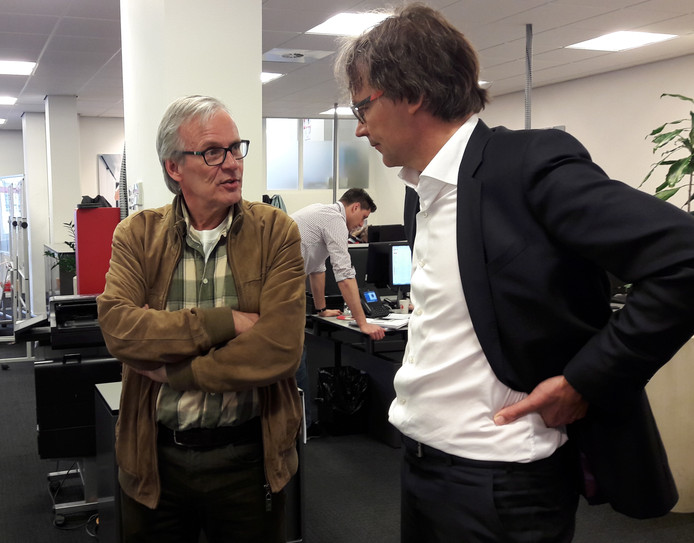 Veldhovenaar Frans Rutten (l) in gesprek met de Eindhovense wethouder Staf Depla.