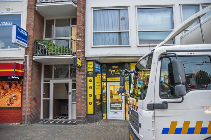 In een bovenwoning aan de Steenstraat in Arnhem heeft de politie een hennepkwekerij gevonden.