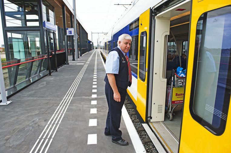 Een NS-conducteur. Volgens reizigers zijn er daar te weinig van in de trein. Beeld anp