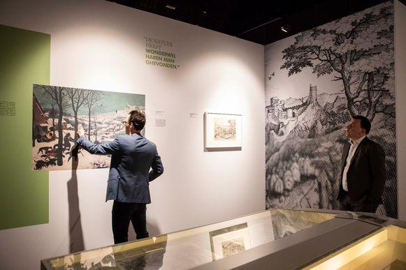 Expo Bruegel in 't Poorthuis te Peer. Thomas Schonkeren (links) doet de uitleg, burgemeester Steven Matheï kijkt geïnteresseerd toe.