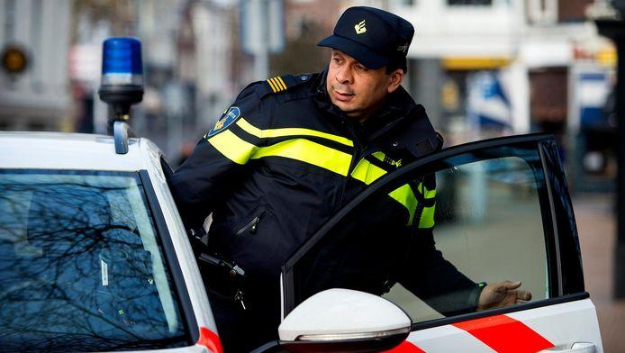 Een politieagent stapt in zijn auto. Foto ter illustratie.