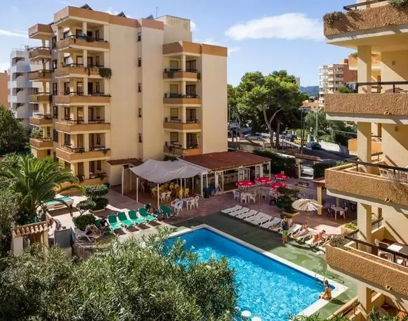Het appartementencomplex Arlanza, in het vakantieoord Playa d'en Bossa.