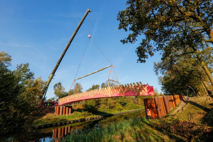 Bij de Oirschotsedijk over het Beatrixkanaal in Eindhoven is een faunabrug geplaatst.